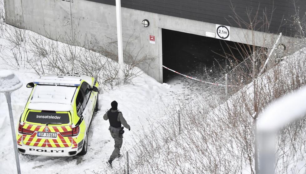 SKULLE HJELPE - BLE SKUTT: Politiet mener den polske mannen som ble skutt i denne garasjen på Bjørndal i Oslo forrige mandag var et tilfeldig offer som prøvde å hjelpe til med en fastkjørt bil. Foto: Lars Eivind Bones, Dagbladet.