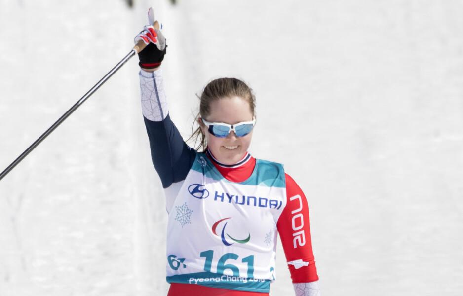 STORTALENT: Vilde Nilsen tok sølv i sprinten for stående utøvere. 17-åringen hylles av lagkameratene. Foto: Vegard Wivestad Grøtt / Bildbyrån