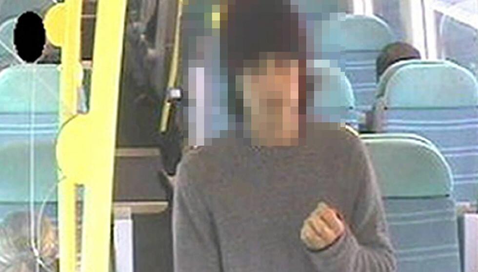 PLANTET BOMBE: Bildet viser den 18 år gamle mannen på et tog til Brighton etter at bomba gikk av. Foto: Shutterstock / NTB Scanpix
