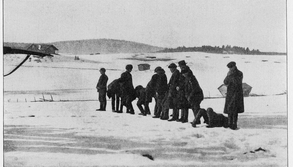 KRIGENS REDSLER: Den norske legen Harald Natvig fotografer henrettelsen av 13 unge rødegardister i Länkipohja den 17. mars 1918. Foto: Harald Natvig, fra boka