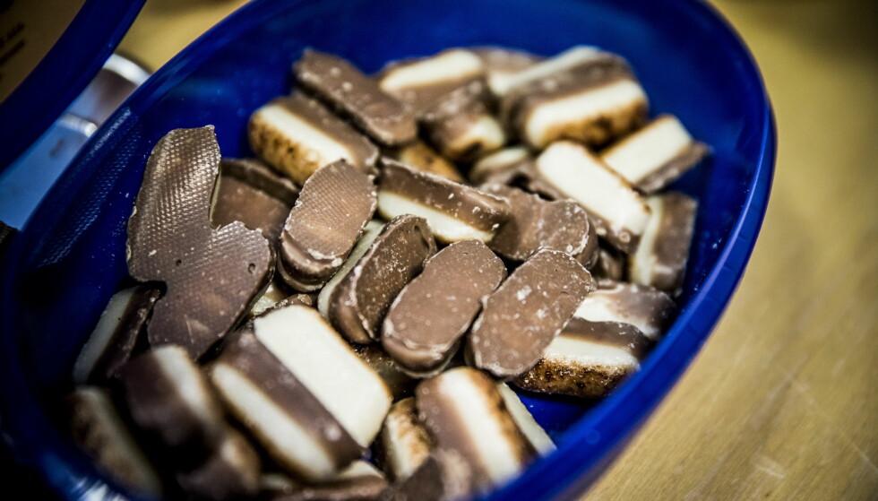 UTEN SUKKERAVGIFT: Den nye sukkeravgiften har nesten doblet prisen på godteri og sjokolade. Lille Hval sjokoladefabrikk fant ut at dersom sjokoladen er på undersiden og marsipanen litt stekt, slipper produktet sukkeravgift. Nå lanserer fabrikken mandelstenger, like søte, men mye billigere enn øvrige produkter. Politikerne ser effekten og vil ha omkamp om avgiften. Foto: Christian Roth Christensen
