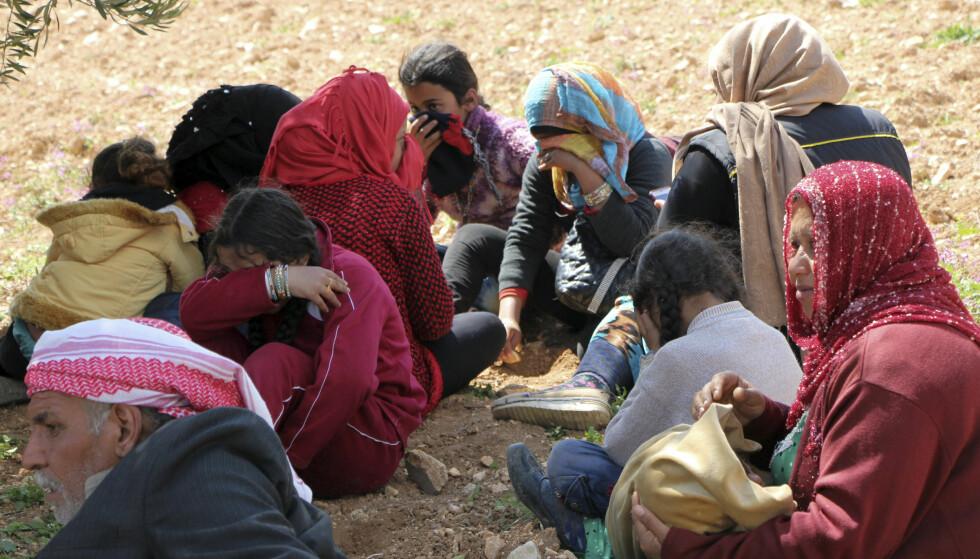 BES OM Å HOLDE AVSTAND: Det tyrkiske militæret har sluppet ned flygeblader i Afrin, der sivile blir bedt om å holde avstand til terrorister. Foto: NTB Scanpix / DHA-Depo Photos via AP