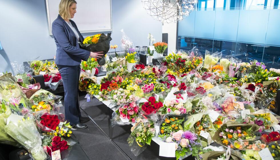 Justisminister Sylvi Listhaug på sitt kontor med hundrevis av blomsterbuketter som hun har fått i støtte av sine tilhengere etter den siste ukes hendelser. En Facebook-aksjon er satt i gang til støtte for den hardt pressede justisministeren. Foto: Heiko Junge / NTB scanpix