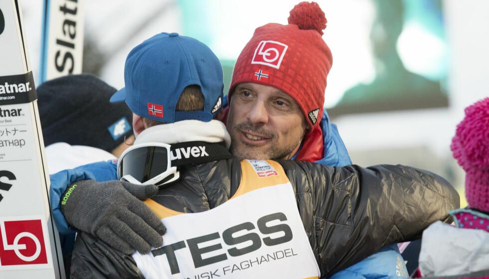VIKERSUND-JUBEL: Alexander Stöckl gratulerer Robert Johansson og de andre gutta med seieren i lagkonkurransen lørdag kveld. Foto: Terje Bendiksby / NTB scanpix
