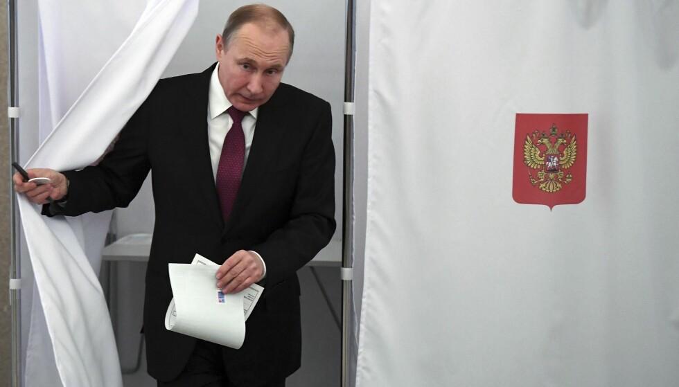 HAR STEMT: Russlands president Vladimir Putin gjorde sin borgerplikt og stemte ved et valglokale i Moskva. Foto: Jurij Kadobnov / AP / NTB scanpix