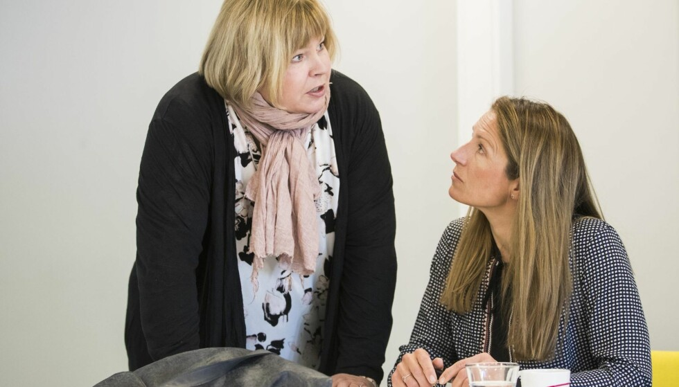 STRAMMER INN: Leder i Norsk Presseforbund Elin Floberghagen i samtale med Liv Ekeberg i Agderposten i et møte i PFU nylig. Foto: NTB Scanpix