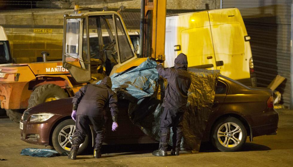 SJEKKER BILEN: Her undersøker BMW-en til Sergej Skripal. Nå skriver ABC at eksspionen og dattera ble forgiftet gjennom ventilasjonssyetemt. Foto: Mega/NTB Scanpix