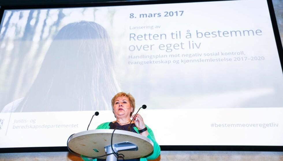 SOSIAL KONTROLL: På kvinnedagen i fjor lanserte statsminister Erna Solberg regjeringens handlingsplan mot negativ sosial kontroll, tvangsekteskap og kjønnslemlestelse. Foto: Terje Pedersen / NTB scanpix