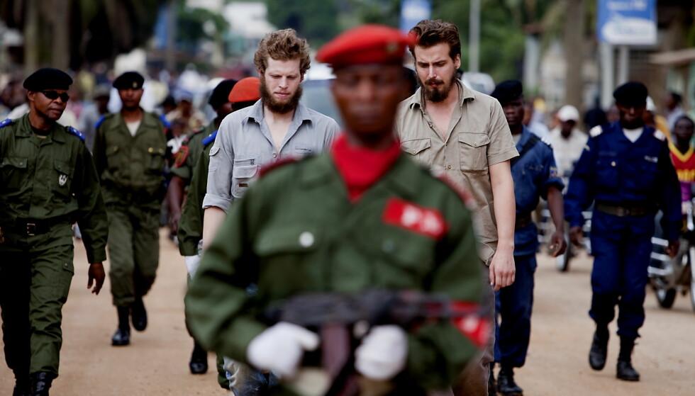 FØRSTE DAG I RETTEN: Tjostolv Moland og Joshua French paraderes gjennom gatene i Kisangani, Kongo i 2009. Foto: Espen Røst / Dagbladet