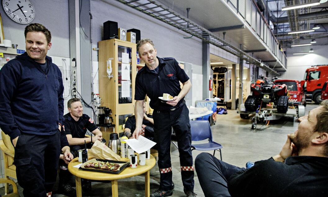 FEIRES: I brannbilhallen feires Frode Negård, i midten, med kake. Fra venstre: Lars Kvissel, Steffen Magnor, Hans Westgård, Petter Negård og Robert Paulsbyen (med ryggen til).