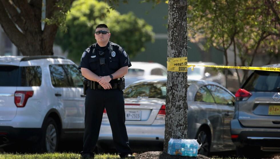 BOMBER: Her står en politimann vakt utenfor FedEx-anlegget der en bombe gikk av tirsdag morgen. Kun timer senere ble det rapportert om nok en bombe i Austin. Foto: Scott Olson / Getty Images / AFP / NTB scanpix
