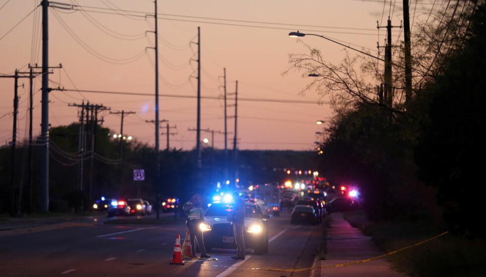 POLITIAKSJON: Det har tirsdag og onsdag foregått gigantiske politiaksjoner i området rundt Austin i Texas. Den mistenkte seriebomberen i delstaten skal ha dødd i en politiaksjon i dag tidlig norsk tid. Foto: REUTERS/Loren Elliott/NTB Scanpix