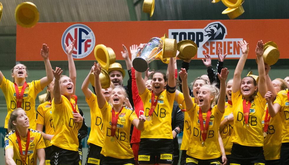 FEMTE STRAKE?: Lillestrøms kvinnelag har vunnet Toppserien fire år på rad. Lagets kaptein Ingrid Moe Wold (i midten) sier klubben har ambisjoner om gull også denne sesongen. Foto: Fredrik Hagen / NTB scanpix