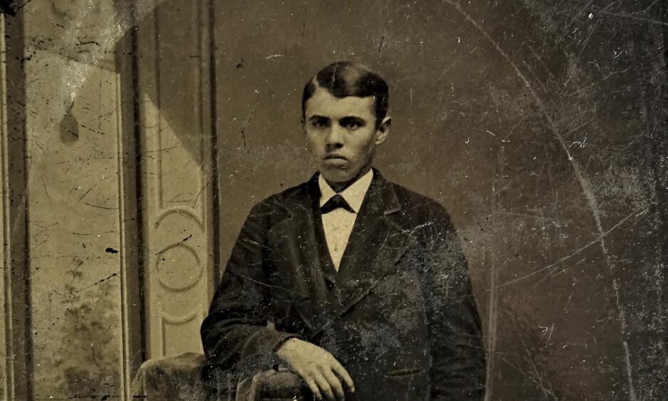 14-ÅRING: Gutten på bildet viste seg å være den 14 år gamle Jesse James. Det ble en innbringende oppdagelse for eieren. Foto: Justin Whiting / SWNS / NTB Scanpix