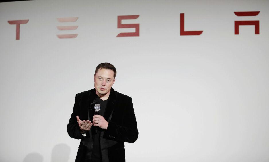 I TRØBBEL: Tesla-sjef Elon Musk sliter med leveransene, samtidig som sterke konkurrenter snart lanserer sine elmodeller. 2018 ser ut til å bli et veldig spennende år for Tesla. Foto: Marcio Jose Sanchez / AP / NTB Scanpix