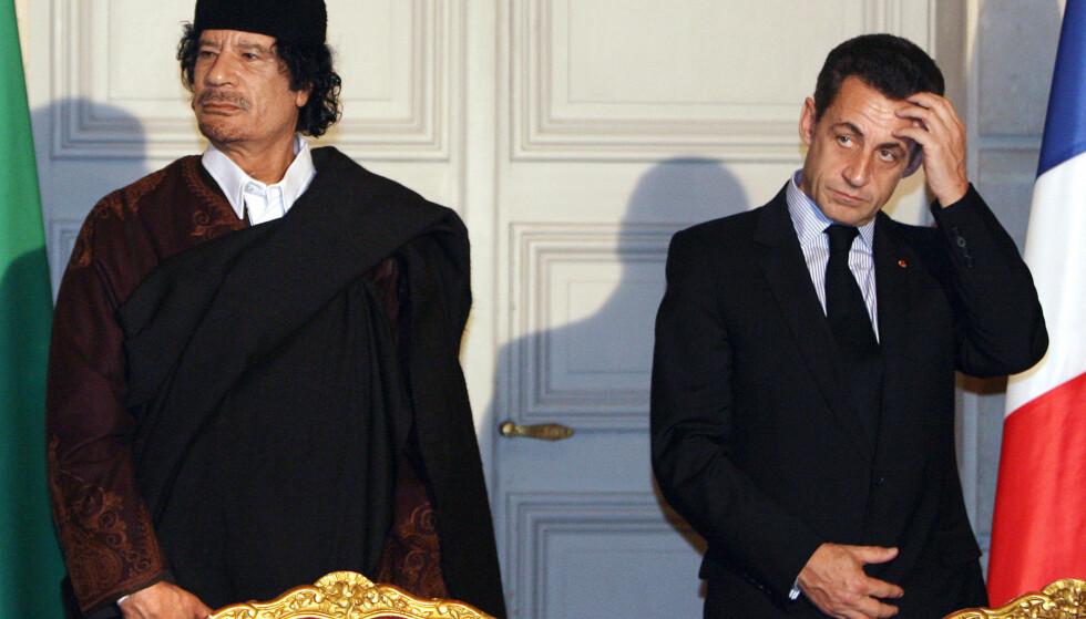 GAMLE KJENTE: De tidligere statslederne Moammar Gadafi og Nicolas Sarkozy under en seremoni i Elysee-palasset i Paris i desember 2007. Foto: Patrick Hertzog, AP/NTB Scanpix.