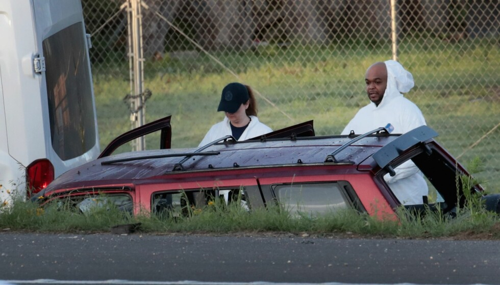 SPRENGTE BIL: Her gjennomgår etterforskere bilen som Mark Anthony Conditt sprengte da politiet jaget ham. Foto: Scott Olson / Getty Images / AFP / NTB scanpix