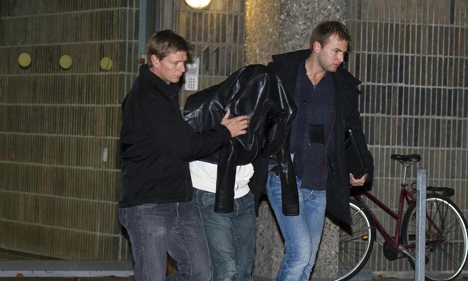 «AMAGERMANNEN»: Marcel Lychau Hansen ble i 2011 dømt til livstid i fengsel for to drap og seks voldtekter over en periode på 23 år. Året etter ble han dømt igjen for å ha forsøkt å overbevise sønnen om å voldta en kvinne og plante DNA-bevis. Her føres han bort av dansk politi i 2010. Foto: Kenneth Meyer / Ritzau / Scanpix Danmark / NTB Scanpix