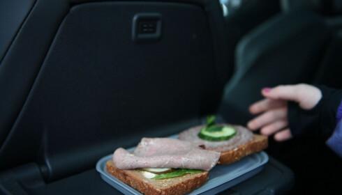 TENK PÅ KOSTHOLDET: Peugeot 5008 har praktiske bord i seteryggen, kjekt for når familien spiser turmaten i bilen.