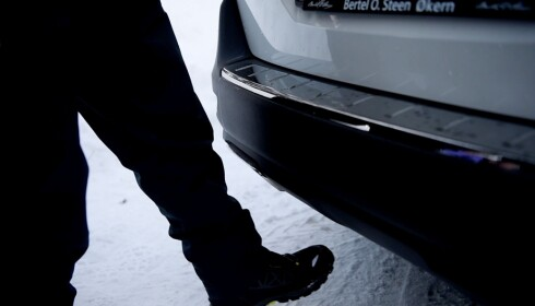 HÅNDFRI: Peugeot 5008 har en smart håndfri åpne- og lukkemekanisme av bagasjerommet som aktiveres ved å stikke en fot under støtfangeren. Smart når koffertene er tunge.
