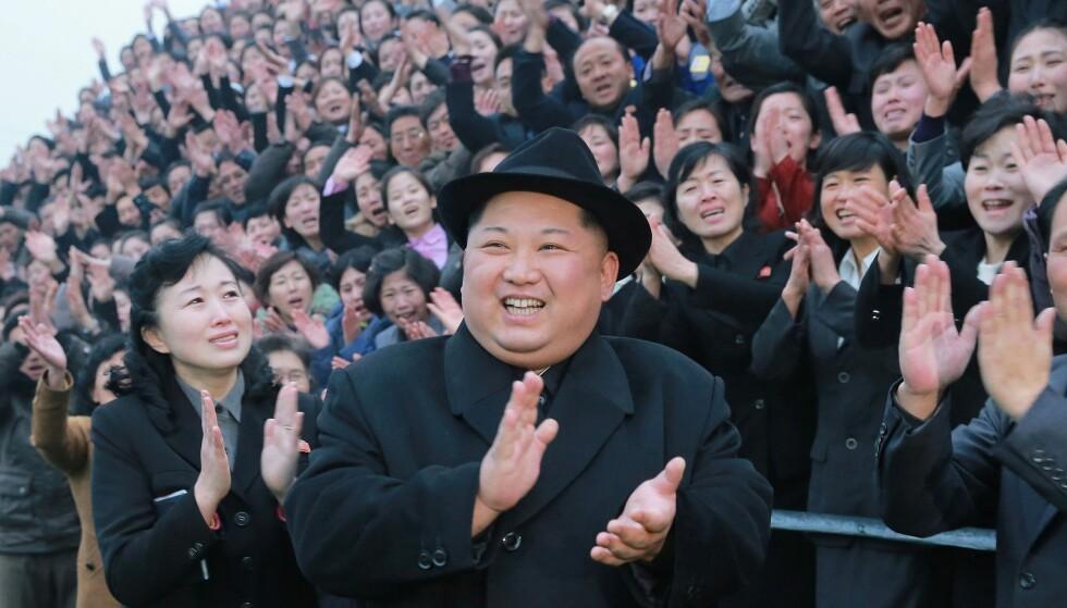 TEMA FOR NY BOK: Nord-Koreas diktator Kim Jong-un, her fotografert under et besøk på lærerhøyskolen i Pyongyang i år. Foto: NTB Scanpix