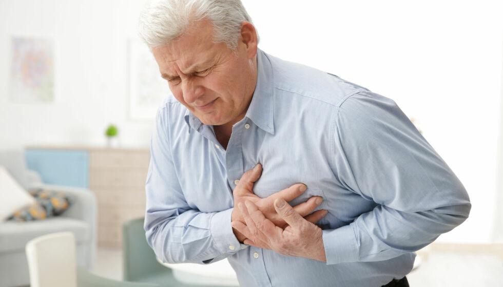BRYSTSMERTER: Vanligste symptom på hjerteinfarkt er press eller trykk i brystet og uvelfølelse som ikke går over i løpet av 20 minutter. Foto: NTB Scanpix