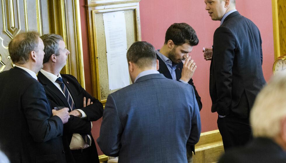 Terje Søviknes i uformelt møte med Bjørnar Moxnes og Trygve Slagsvold Vedum i stortingssalen. Foto: Lars Eivind Bones / Dagbladet