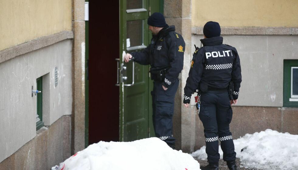MISTENKELIG: Politiet er på plass etter at en mann ble funnet død i en leilighet på Sandaker i Oslo. Foto: NTB scanpix