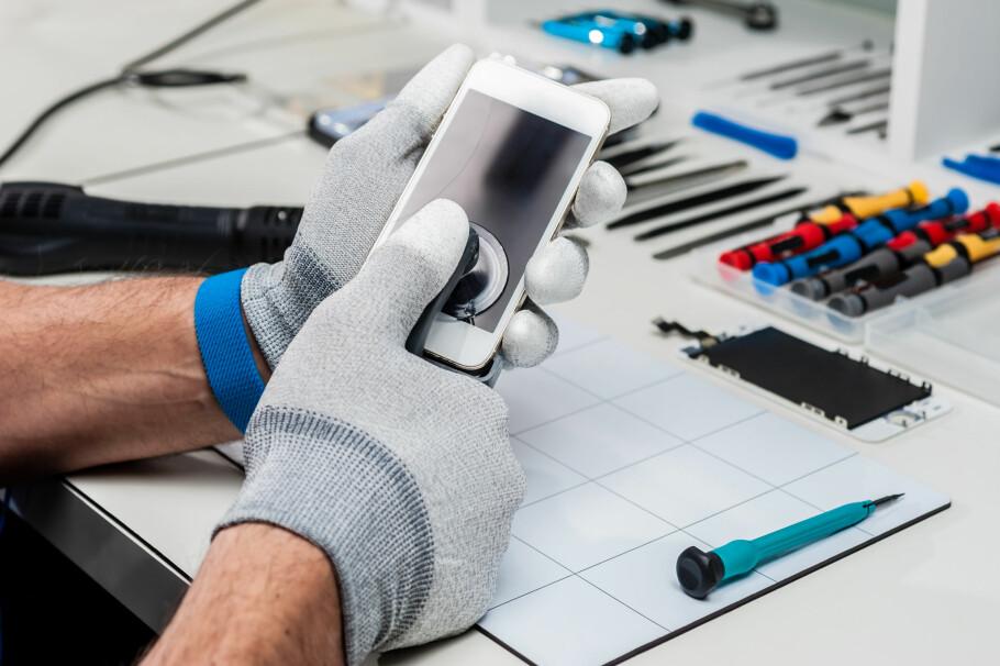 REKLAMASJON: Går mobilen din i stykker, er det ikke sikkert det er din feil. Har telefonen blitt ødelagt «av seg selv» kan du reklamere på den, og få den reparert eller erstattet helt gratis av butikken – i tråd med forbrukerkjøpsloven. Foto: Shutterstock / NTB Scanpix