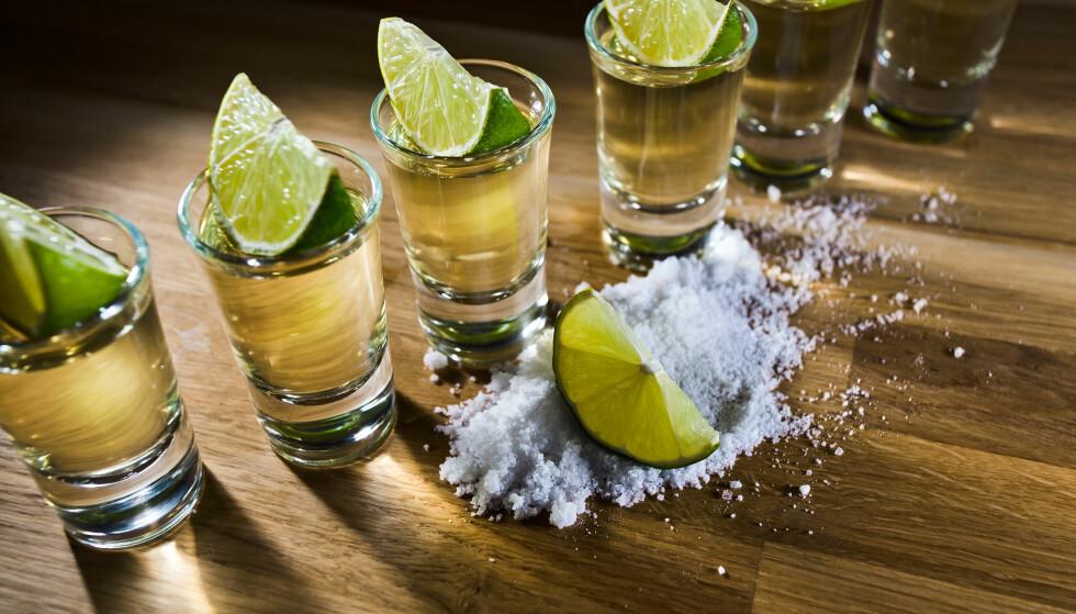 ET LITE GLASS: I prinsippet kan en hvilken som helst drikkevaretype kategoriseres som shot, om man har den i et lite glass som drikkes i en munnfull, som denne Tequilaen med lime og salt. Foto: Shutetrstock / NTB Scanpix