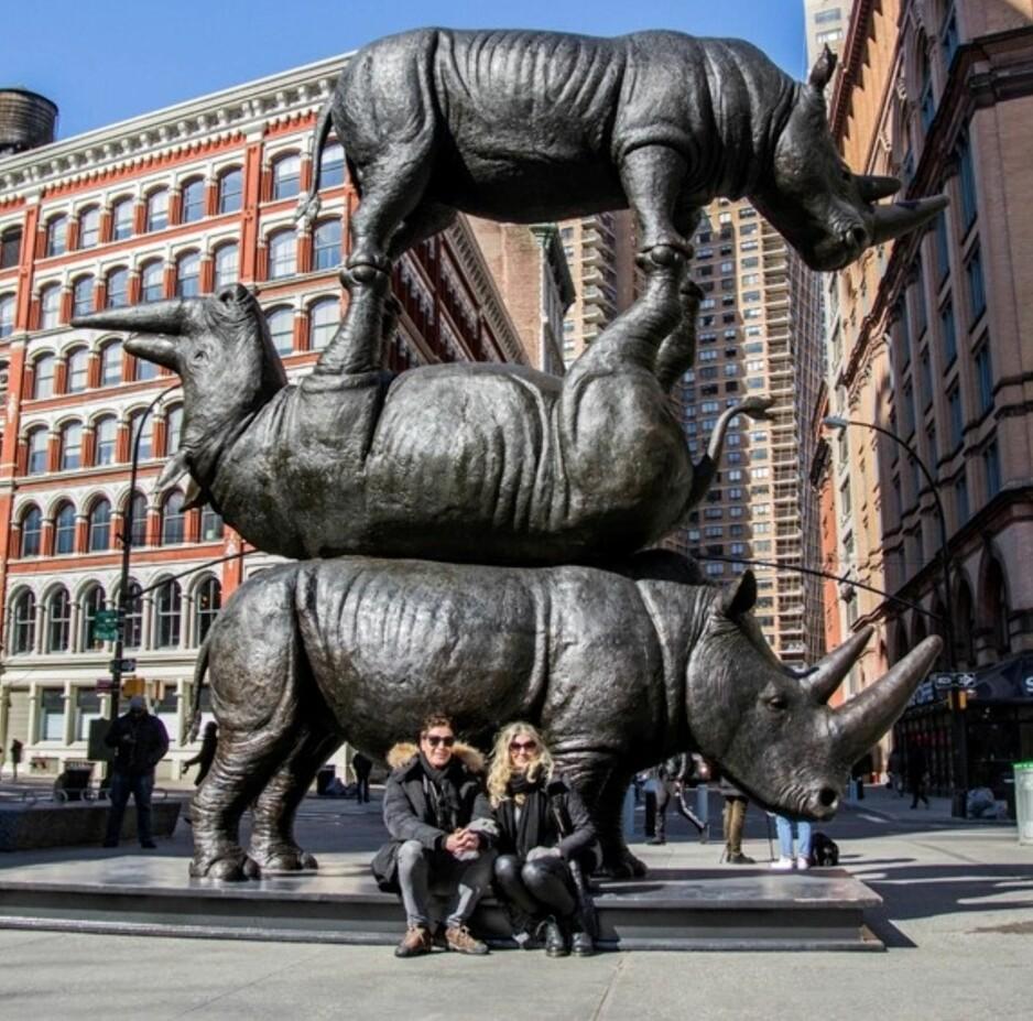 DE TRE SISTE: Kunstnerne Gillie og Marc foran sin skulptur av stumpneshornet Sudan og hans to avkom, på Astor Place i New York. Nå er det bare to av dem igjen i live. FOTO: JESSIE SCHATTNER