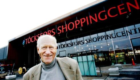 EIENDOMSKONGE: Olav Thon utenfor Töcksfors Shoppingcenter under åpningen i 2005. Foto: Frank Karlsen