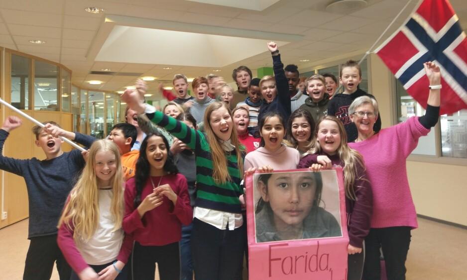 JUBEL PÅ DOKKA: Endelig får klassekameratene til Farida og lærer Kari Odden Haugen (t.h) tilbake den afghanske jenta til lokalsamfunnet. Foto: Privat