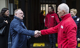 PRESIDENT: Justisminister Per Sandberg og Robert Mood, president i Røde Kors Norge. Foto: Henning Lillegård / Dagbladet .