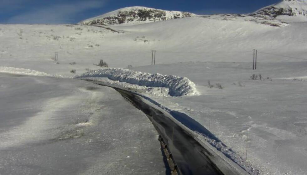 STENGT: Riksvei 13 over Vikafjellet. Dette webkameraet viser veien på et annet sted enn der raset har gått i dag. Foto: Statens vegvesen