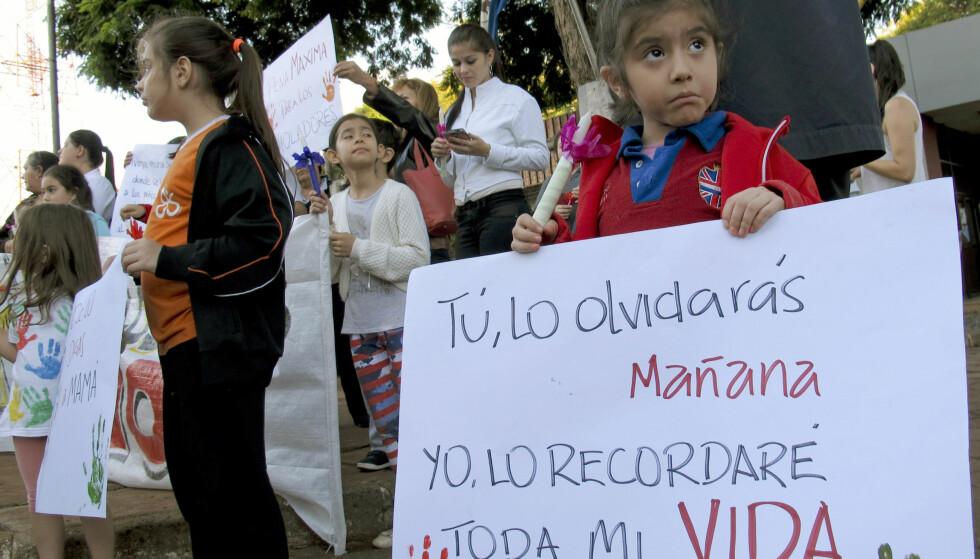 STERKT BUDSKAP: «Du vil glemme meg, men jeg vil huske deg resten av livet», står det på en liten jentes plakat under en demonstrasjon i Ciudad del Este i Paraguay i 2015. Seksuelt misbruk er et stort problem i landet. Demonstrasjonen ble arrangert etter at en 10 år gammel jente ble tvunget til å gjennomføre et svangerskap etter å ha blitt voldtatt av sin stefar. Foto: Scanpix