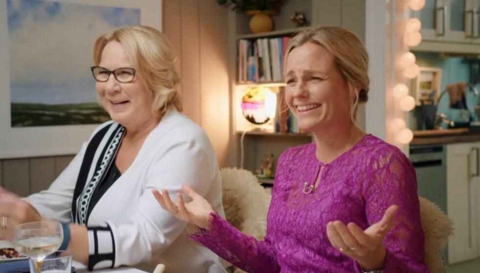 GOD STEMNING RUNDT BORDET. Anne Grosvold, som også var middagsgjest, og vertinne Solveig Kloppen fikk seg en god latter av Schøyens historie. Foto: TV 2