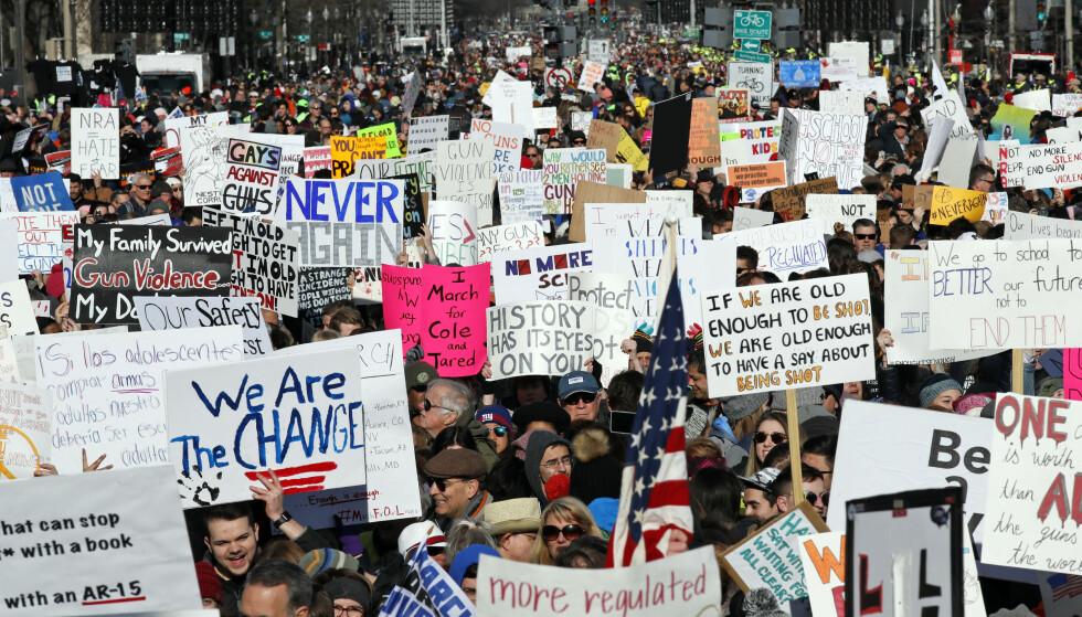 DEMONSTRERER: Titusenvis av mennesker samlet seg lørdag i Washington for å delta i massedemonstrasjonen mot skolevold og for strengere våpenkontroll i USA. Foto: Alex Brandon / AP / NTB scanpix