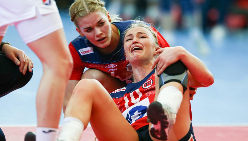SKADET: Stine Bredal Oftedal var i store smerter etter en overtråkk mot Kroatia søndag. Foto: Fredrik Hagen / NTB scanpix