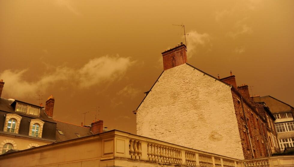 <strong>SKOGBRANN:</strong> Dette bildet fra Rennes i Frankrike viser den gule himmelen som dukket opp som følge av at støv fra Sahara og røyk fra europeiske skogbranner ble fraktet i lufta. Foto: Marie Dufay / AFP / NTB Scanpix