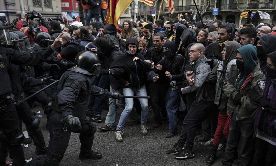 VOLDSOMT: Rundt 50 000 mennesker demonstrerte i Barcelona mot pågripelsen av ekspresident Carles Puigdemont søndag. Foto: Felipe Dana / AP / NTB scanpix