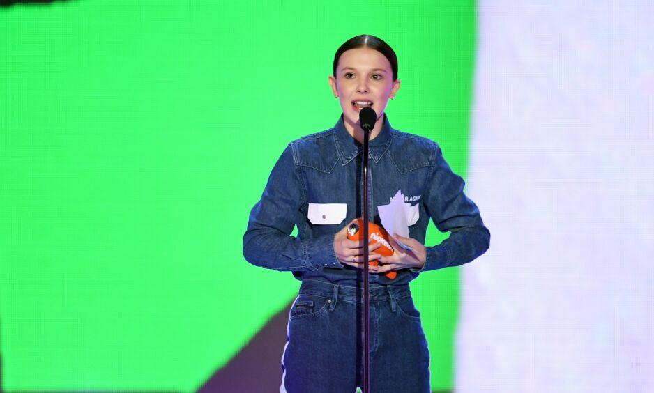 STJAL SHOWET: Millie Bobby Brown bar et viktig buskap i antrekket på Kids' Choice Awards i helga. Foto: NTB Scanpix