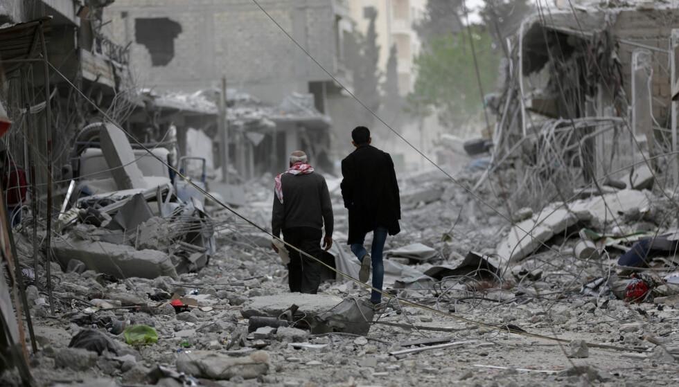 INVADERT: I forrige uke kapitulerte den kurdiske enklaven Afrin i Nord-Syria, etter to måneder med tyrkisk-ledet militæroffensiv. På bildet inspiserer to menn i ruinene i Afrin sentrum. Foto: Khalil Ashawi / REUTERS / NTB scanpix