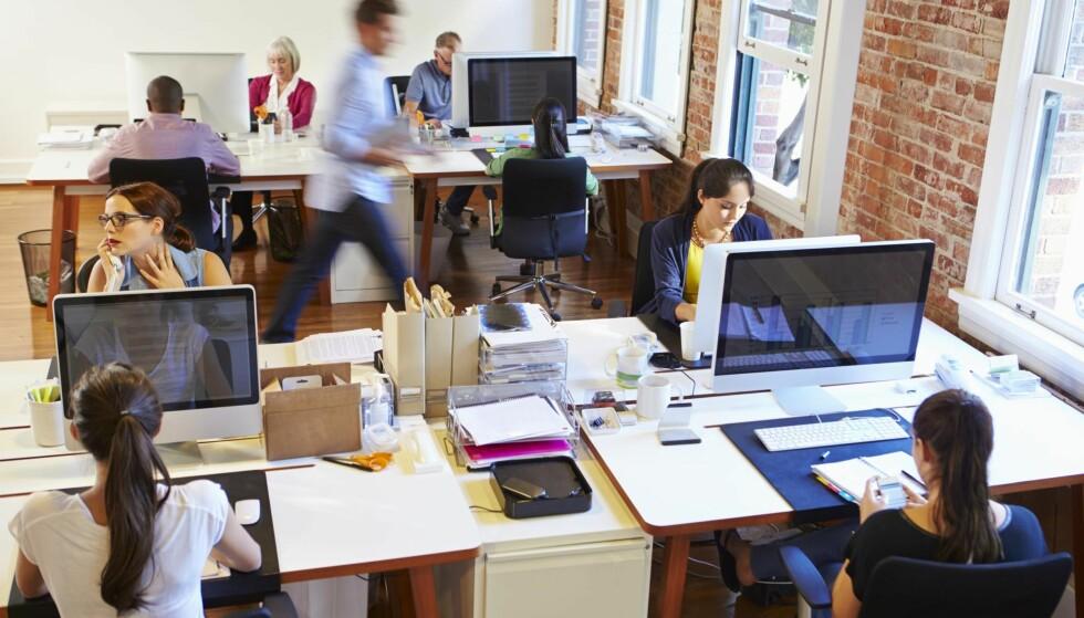 ÅPEN LANDSKAP: Forskning på kontorlandskap, og erfaringer, viser at folk klager typisk over støy og manglende privatliv. Det er særlig andre ansattes samtaler og ringende telefoner som er plagsomme, skriver artikkelforfatteren. Illustrasjonsfoto: NTB scanpix