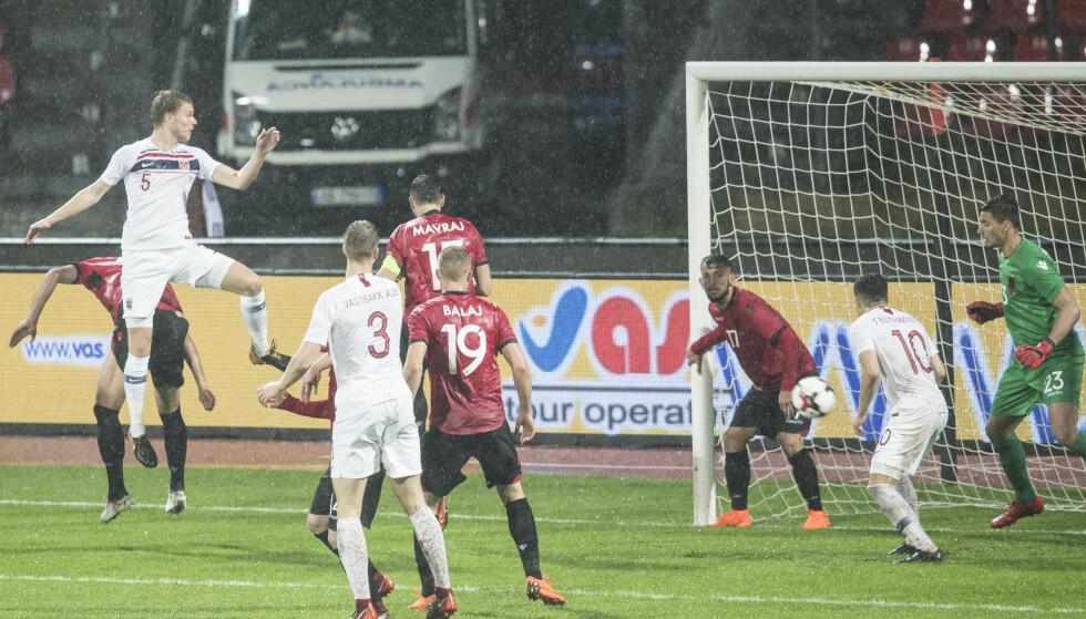 SEIER: Sigurd Rosted (t.v.) stiger til værs og stusser inn Norges vinnermål. Foto: NTB scanpix/Ruud, Vidar
