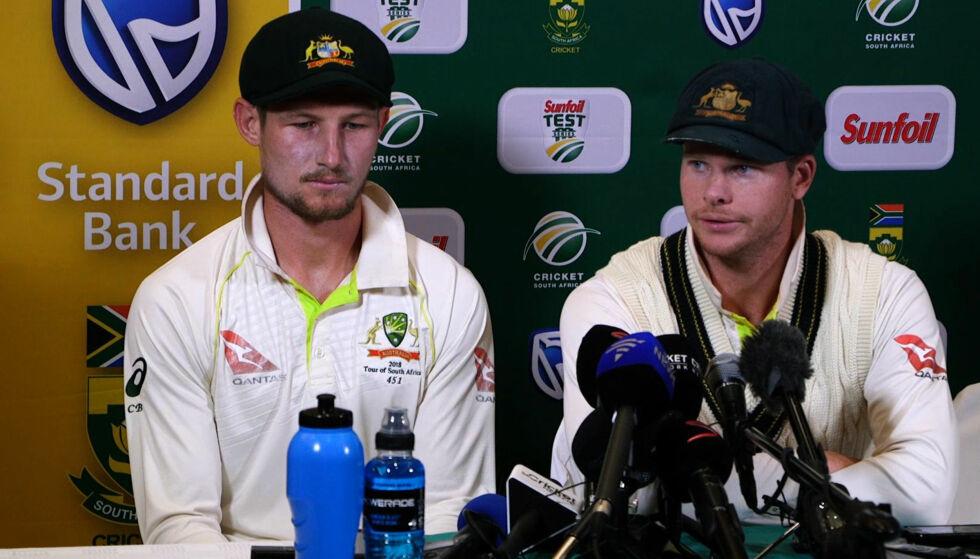 SKÅNING?: Australias kaptein Steve Smith (t.h.) fortalte at store deler av laget var enige om å jukse i kamp mot Sør-Afrika. Nå hevder flere at laget løy for å beskytte Cameron Bancroft (t.v.) Foto: Afp / NTB Scanpix