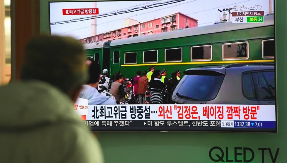 KIM ELLER EI: Nyhetssendinger i Kina bidro ikke akkurat til å dempe ryktene om Kim Jong-uns besøk. Foto: AFP / NTB Scanpix