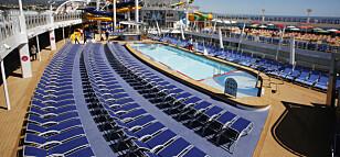 CRUISEDRØMMEN: For elskere av cruiseskip må «Symphony of the Seas» være den ultimate opplevelsen. Skipet er enormt, og stappfullt av aktivitetstilbud, bassenger og tumleplass. Foto: Tormod Brenna