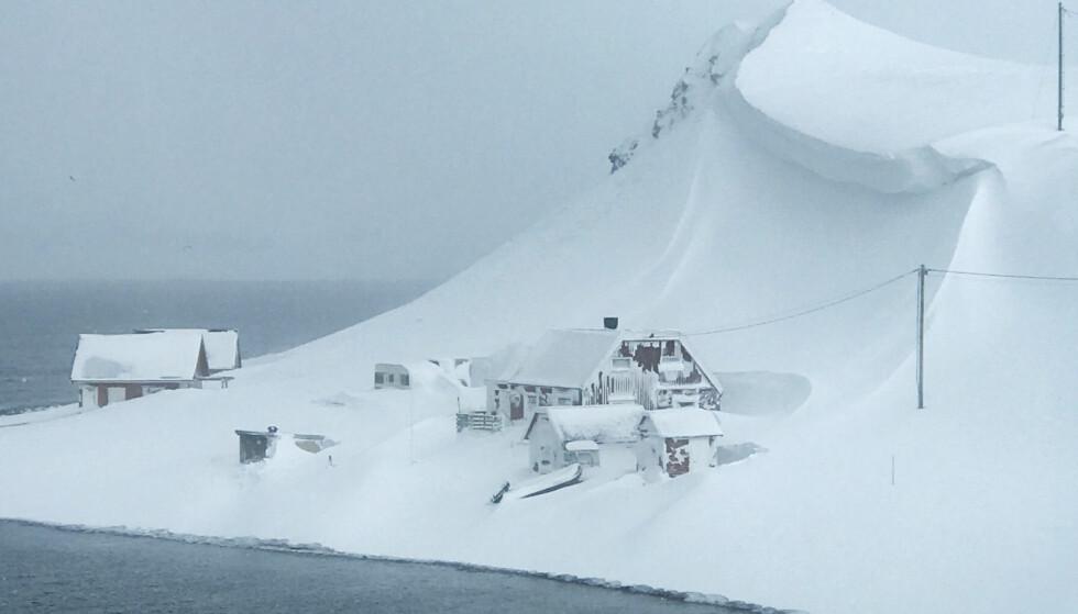 <strong>SKREDFARE:</strong> Familiehytta på Sarnes i Finnmark fikk plutselig en hengeskavl med snø hengende over seg. Foto: Scanpix