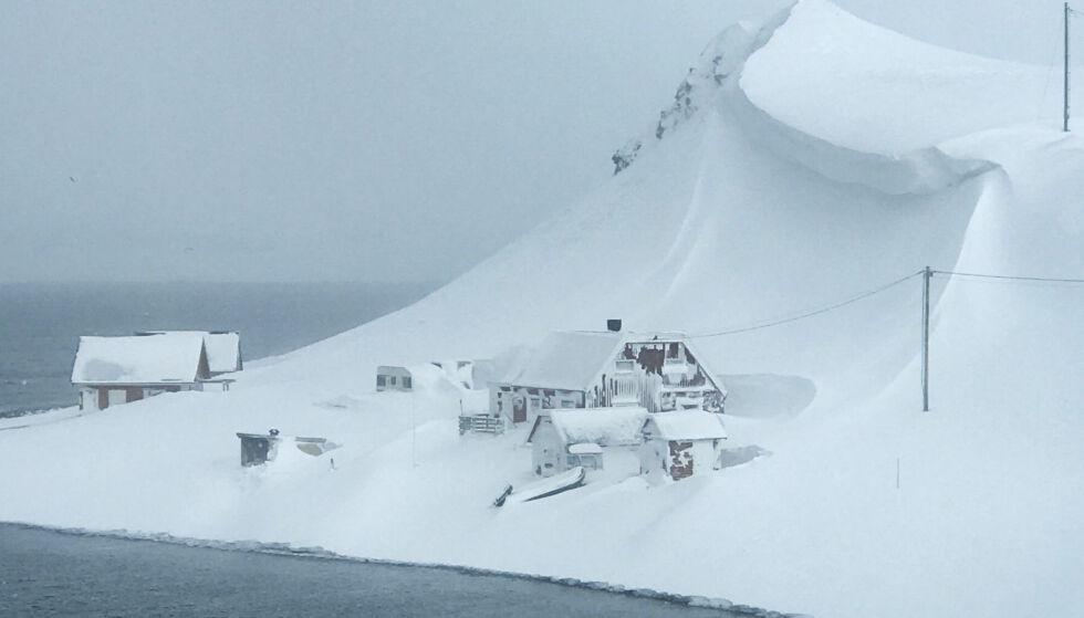 SKREDFARE: Familiehytta på Sarnes i Finnmark fikk plutselig en hengeskavl med snø hengende over seg. Foto: Scanpix